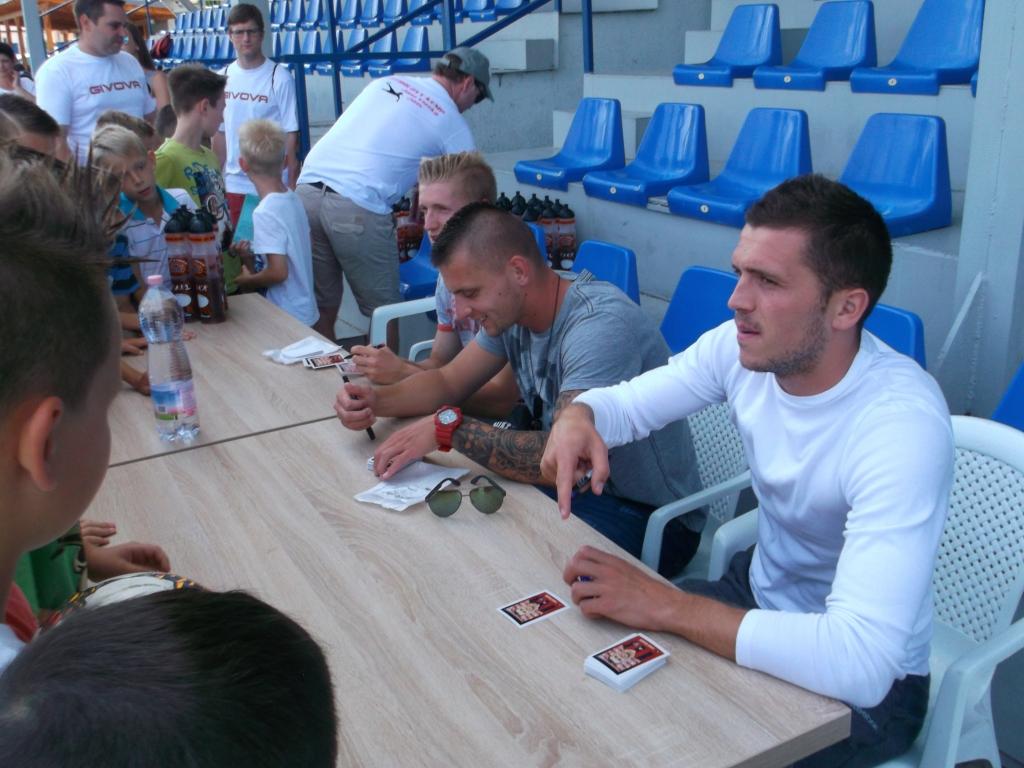 Trojica hráčov Spartaka (zľava: Ján Vlasko, Matúš Čonka, Lukáš Greššák), darovala záujemcom kartičky s podpisom,