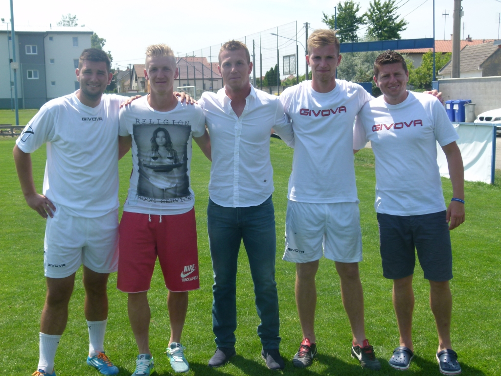 S Jánom Vlaskom sa po záverečnom tréningu odfotili aj tréneri...